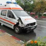 Coliziune între ambulanţă şi maşina de la Poştă