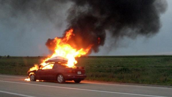 Un autoturism a luat foc în urma unui accident de circulație. Șoferul a fugit de la faţa locului