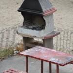 O bancă în faţa blocului, un grătar amplasat în cartier şi… nenumărate probleme