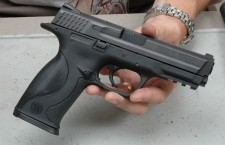 Un pistol din categoria armelor de foc letale şi 10 cartuşe – asta au descoperit poliţiştii în casa unui teleormănean