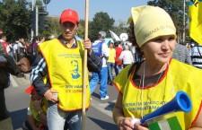 Patrioţii sunt pretutindeni – De la protestele din iarnă, Larisa Novak poartă o cocardă tricoloră în piept