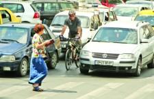 Şoferii care nu-i respectă pe biciclişti în trafic vor fi amendaţi cu până la 8 puncte plus amendă contravenţională