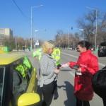 """De 1 martie, poliţiştii teleormăneni au dat """"amenzi""""-mărţişoare doamnelor şi domnişoarelor"""